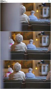 哥本哈根的丹麦教堂祈祷的老人实拍视频素材