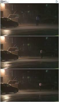 撑伞行走在风雨中实拍视频