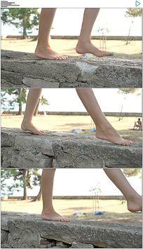 女人光脚走在石头上实拍视频素材