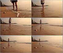 美女海滩行走视频