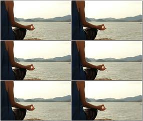 美女湖边打坐冥想视频