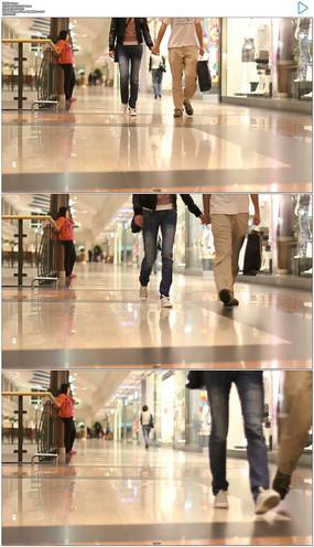 情侣手牵手逛商场实拍视频