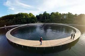沿湖圆形木栈道水景