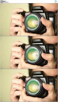 摄影师用单反相机拍照实拍视频素材