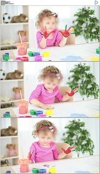 小女孩手掌沾满油画颜料场景实拍视频素材