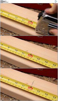 木匠用卷尺测量木材实拍视频素材