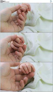 牵着婴儿小手实拍视频素材