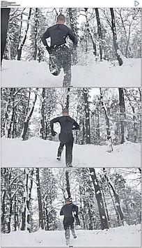 运动员雪地奔跑慢动作实拍视频素材