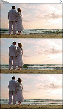 老人夫妇看海实拍视频素材
