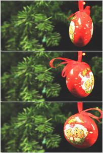 圣诞树上挂小礼物玩具旋转实拍视频