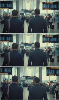 两个商务人士走路交流视频