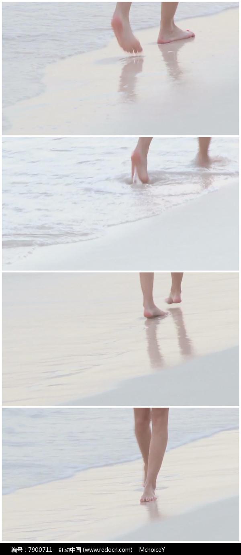 脚光_美女光脚沙滩海边散步实拍素材图片