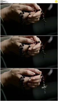 拿着十字架项链实拍视频素材 mov