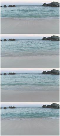 沙滩蓝色干净的海水实拍素材
