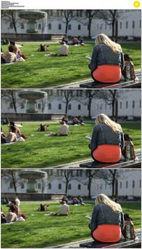 公园晒太阳看书实拍视频素材