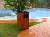 泳池旁的木质垃圾桶 JPG