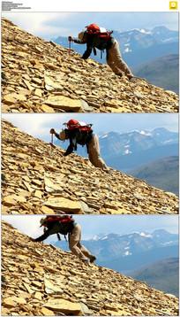 男人辛苦跋涉爬山实拍视频素材