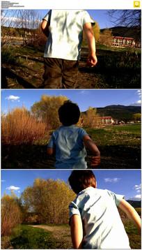 小男孩向前奔跑实拍视频素材