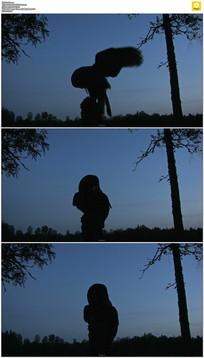 夜间飞行的猫头鹰实拍视频素材