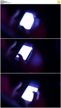 夜晚玩手机实拍视频素材