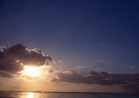 清晨海边日出