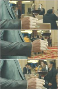 西装男子手握红酒杯走路敬酒视频
