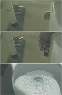 用手按下抽水马桶开关按钮冲厕所视频
