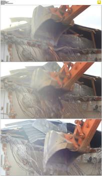 挖掘机拆除旧房子实拍视频素材