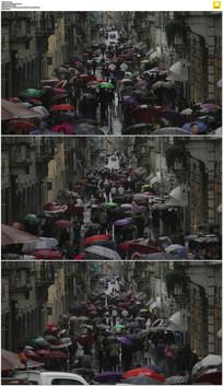 雨巷撑伞的人群实拍视频素材