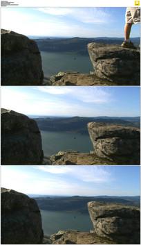 跨越两块石头实拍视频素材