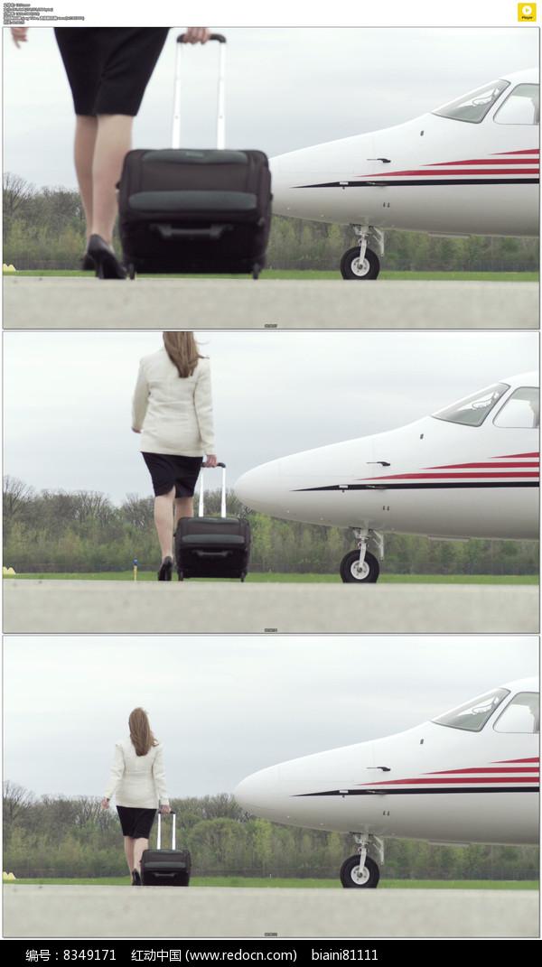 拖着行李箱走过飞机视频素材
