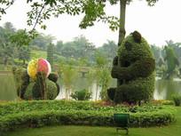 湖边熊猫造型绿植 JPG