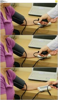 给老年人量血压实拍视频素材
