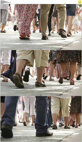 人群行走脚步实拍视频素材