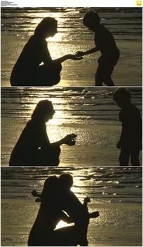 海滩母子剪影实拍视频素材