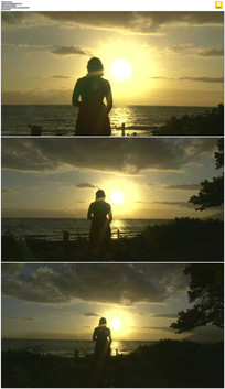女人海边看夕阳实拍视频素材 mov