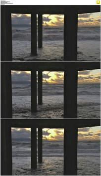 柱子下的海浪实拍视频素材