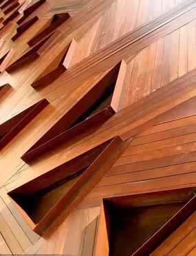 红色木头三角形镂空景墙