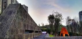 灰色石头三角形景墙