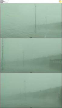 狂风暴雨中行驶实拍视频素材