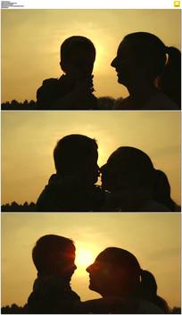 妈妈夕阳下亲吻孩子视频素材