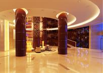 酒店三个金属红色柱子大堂