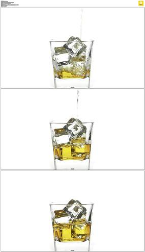 在冰块中加入啤酒实拍视频素材