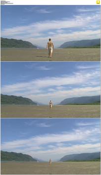 一个人走向峡谷实拍视频素材