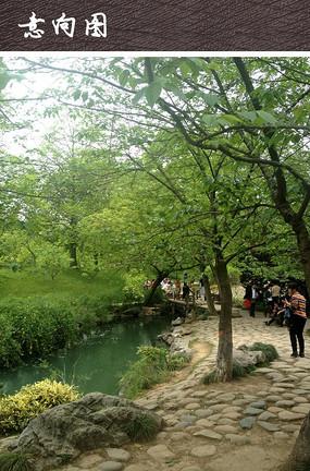 滨水广场自然石块铺装