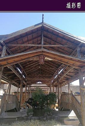 木质结构 的顶梁建筑
