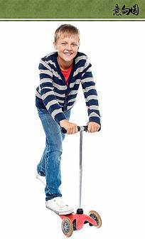 骑滑板的男孩ps素材 PSD