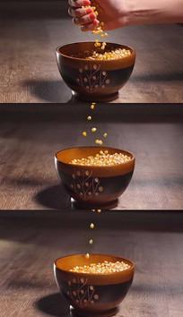 玉米粒落到碗里实拍视频素材 mov