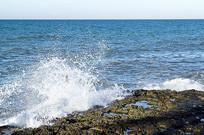 大海海浪击石
