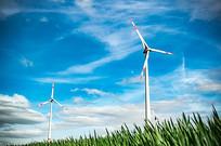 蓝天下能源风车